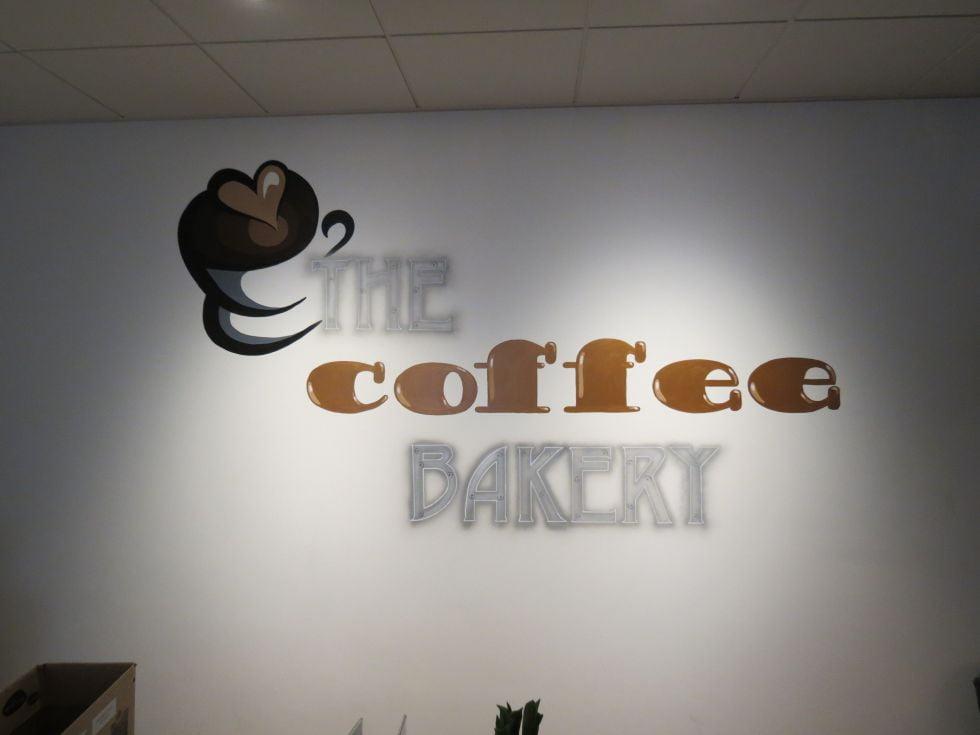 logo op muur geschilderd